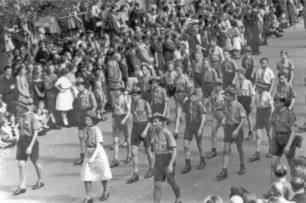 De J.P. Coengroep marcheert met gepaste trots op Koninginnedag 1945.